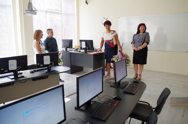 15.09.2016 - Галина Стоянова получи цветя от учениците на СУ