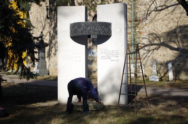 17.02.2018 -  Общинските съветници от ПП ГЕРБ Казанлък почистиха и реставрираха войнишки паметници