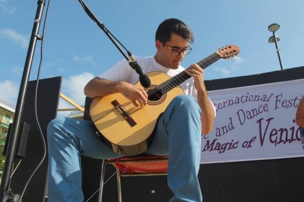 Класически китари пеят в Музея на фотографията