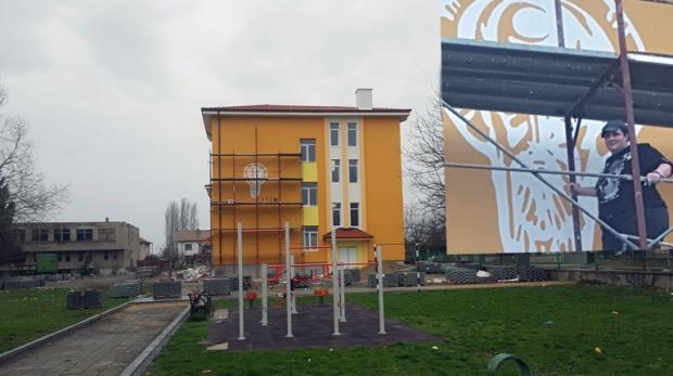 Образът на Свети Климент грейна върху едноименно школо