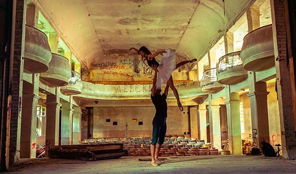 Уникална фотосесия с балетисти от Опера Стара Загора в рушащото се Читалище в Шипка