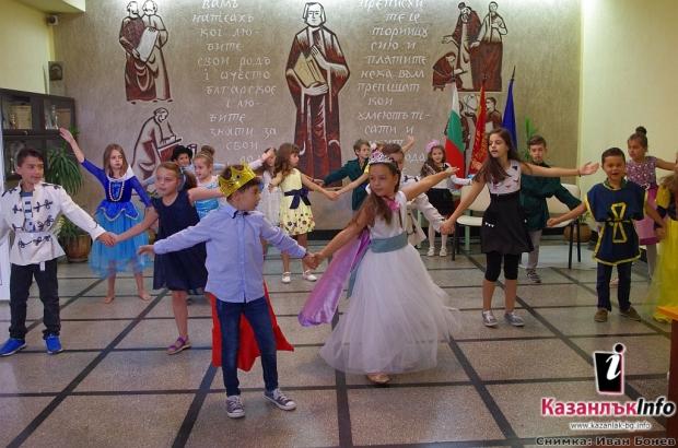 """Първокласници с театрална драматизация на приказката """"Пепеляшка"""" на английски език по проект """"Твоят"""
