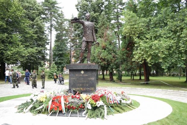 Вицепрезидентът Илияна Йотова участва в церемонията по откриването на паметник на княз Павел Алексан