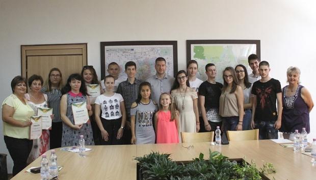 """Кметът Живко Тодоров връчи грамоти на първите участници в лагер """"Лидери на бъдещето"""""""