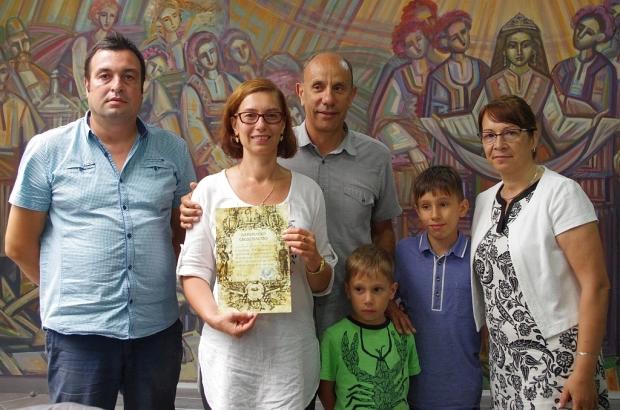 Емилияна Благоева дари Ценно старопечатно издание на ИМ