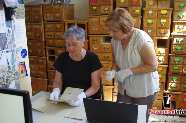 """Ръкописен дамаскин от началото на 19 век в Библиотека """"Искра"""" проучват учени от България и Канада"""