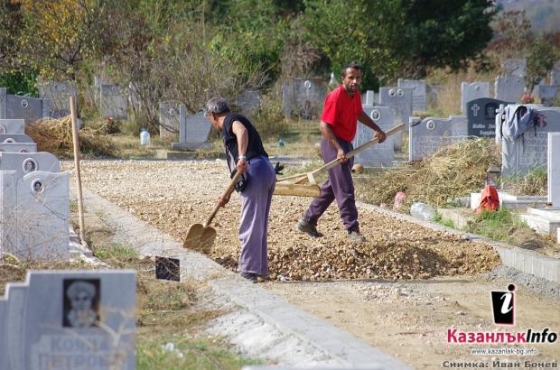 Община Казанлък асфалтира алеи в Гробщния парк