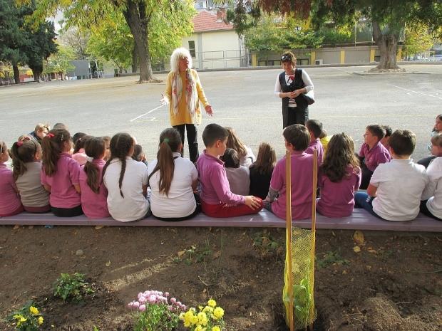 Деца засадиха магнолии по примера на Методий Кусев