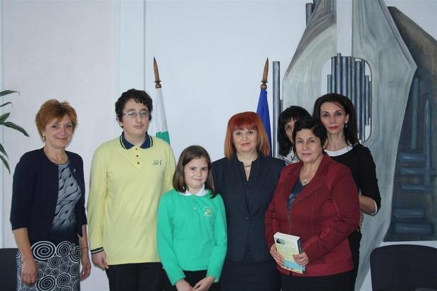 """Областният управител Гергана Микова връчи грамоти на участниците в кампания """"Моят град е моята крепо"""