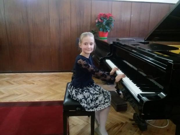 """Нови медали за пианистките от Школата по пиано при НЧ """"Възродена Искра – 2000"""""""