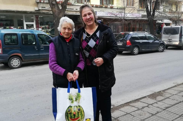 15 възрастни хора бяха зарадвани от Жени ГЕРБ за Коледно-новогодишните празници