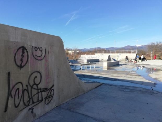 Скейтборд площадката до Младежкия дом отново работи