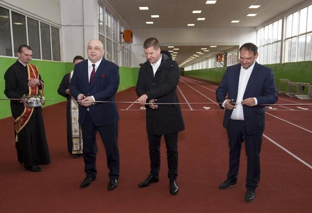 Министър и кмет откриха обновената лекоатлетическа зала в Стара Загора