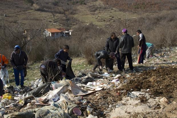"""Жители на кв.""""Лозенец"""" поеха инициатива за почистване на местност от битови отпадъци"""