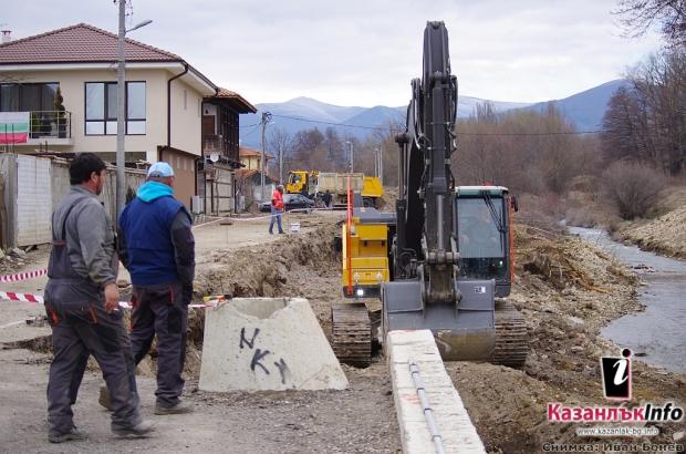 Укрепват бреговете на Старата река в Казанлък