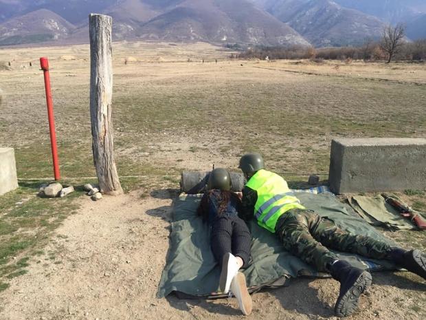 """Учениците от клуб """"Приятели на армията"""" пробваха своята точност в стрелба на полеви условия"""