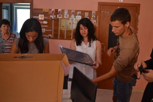 Нови компютри за децата от Защитените жилища в Казанлък