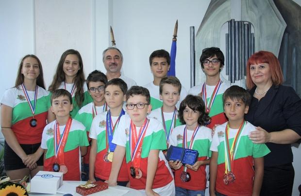 На срещна с децата-медалисти от Олимпиадата по математика в Тайланд