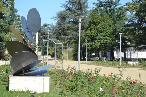 """""""Вечно зелената клонка"""" и """"Пламък"""" красят парк """"Розариум"""" от днес"""