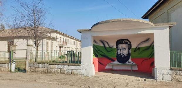 Лик на национален герой е изрисуван на спирката в Розово