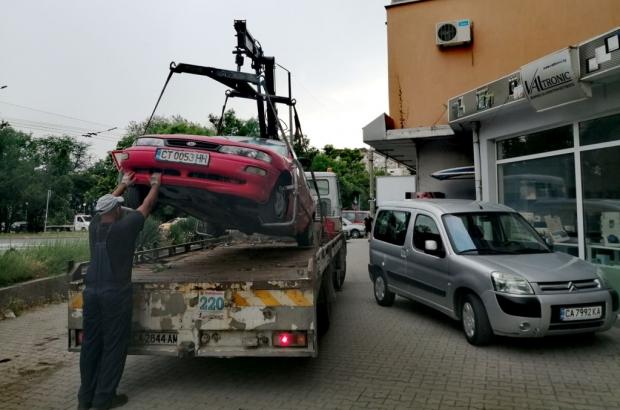 9 автомобила, излезли от употреба, бяха принудително премахнати от паркинги и междублокови пространс