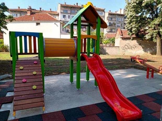 Дезинфекция на дворовете на детските градни и ясли в Казанлък