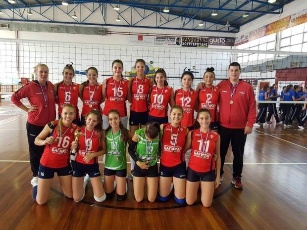 Младите ни волейболистки се прибират от Гърция с купа и златни медали