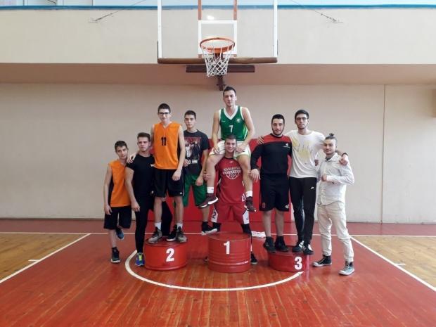 """Девойките на ПГ ,,Иван Хаджиенов"""" и юношите на ППМГ ,, Никола Обрешков"""" - №1 в баскетбола на Казанлъ"""